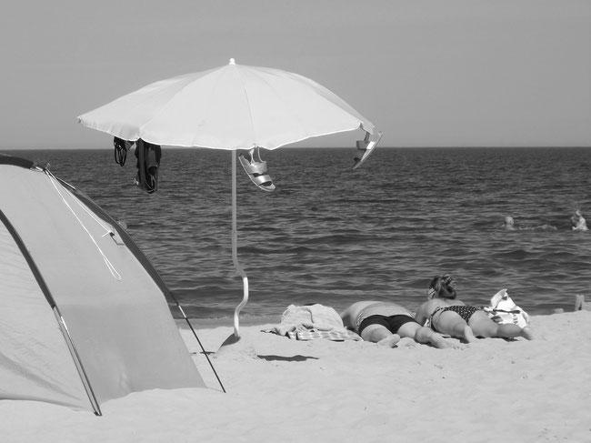 Strandleben mit Sonnenschirm, neues Foto