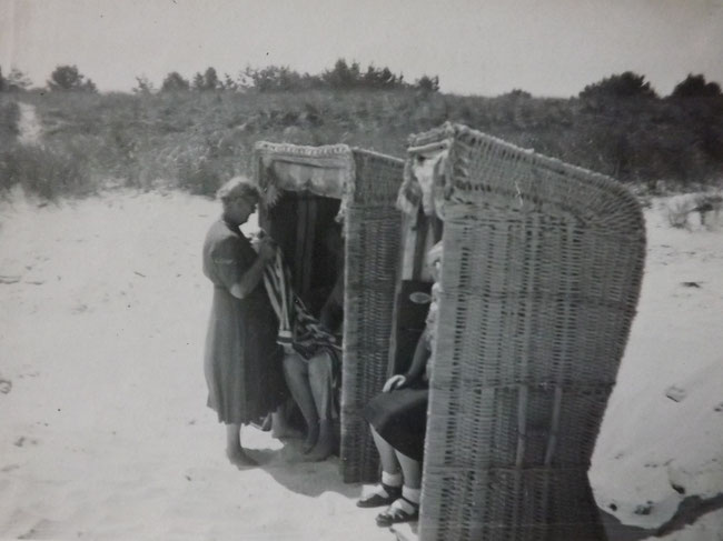 zwei Strandkörbe nahe der Düne, altes Foto