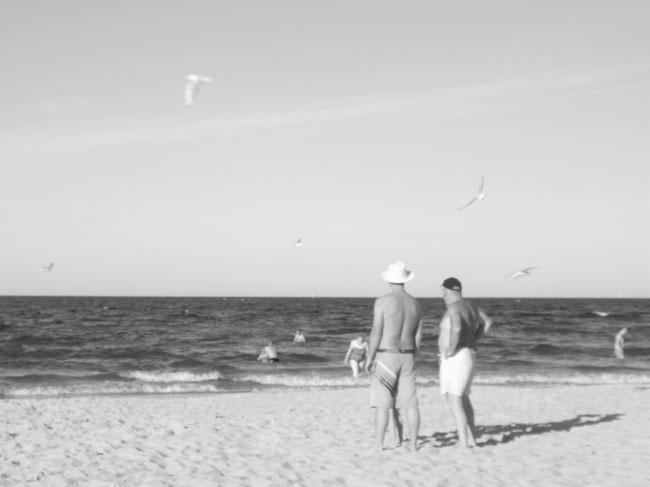 zwei Männer am Strand, neues Foto