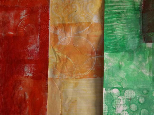 Das Innenleben wird bunt - ich drucke mit meiner Gelantineplatte Papiere in rot, gelb und grün.