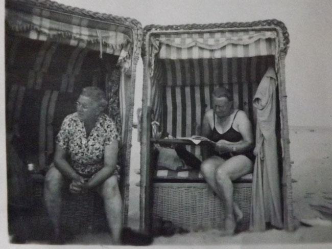 Zwei Frauen im Strandkorb, altes Foto