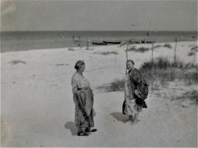 zwei ältere Frauen am Strand, altes Foto