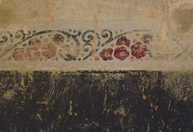 Blumenkante unter alter Tapete gefunden