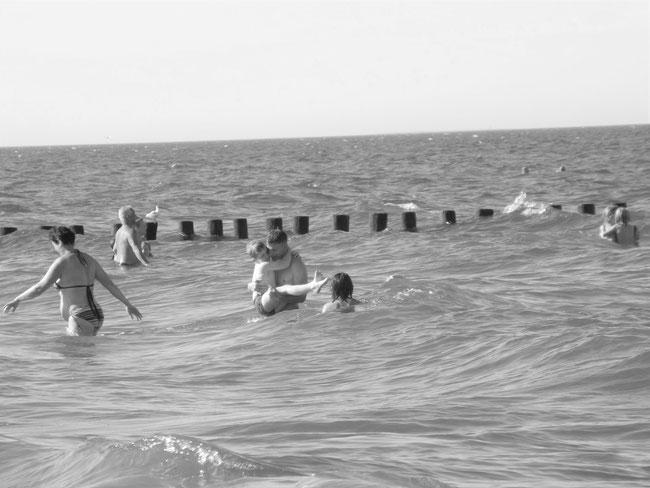 Badende Menschen in der Ostsee, neues Foto