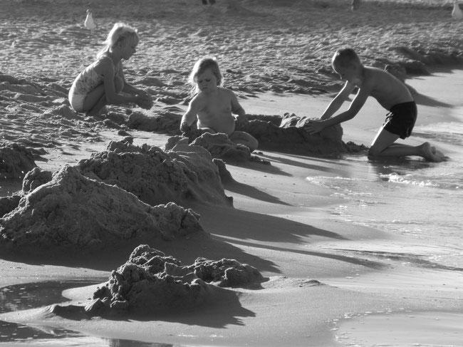 Kinder bauen Sandburgen, neues Foto