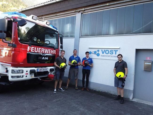 Das Projektteam bei der Übergabe der Halterungen von links nach rechts:  Lukas Traxl (FF Roith), Helmut Vogtenhuber (VOST), Martin Straßer (VOST) und Andreas Leibetseder (FF Roith)