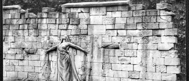 Mur des Fédérés au cimetière du Père-Lachaise, à Paris, érigé à la mémoire des communards tués lors de la semaine sanglante. Mémoires d'Humanité/Archives départementales de la Seine-Saint-Denis