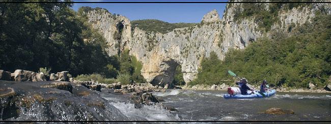 Pour une descente avec une canoë kayak en location en Ardèche nous vous faisons découvrir les plus beau parcours dont le passage  sous le Pont d Arc à l entrée de la Réserve Naturelle des Gorges de l Ardèche