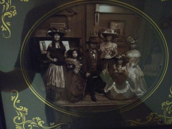 ちょっと見づらいですが我が家の西部劇風 家族写真。