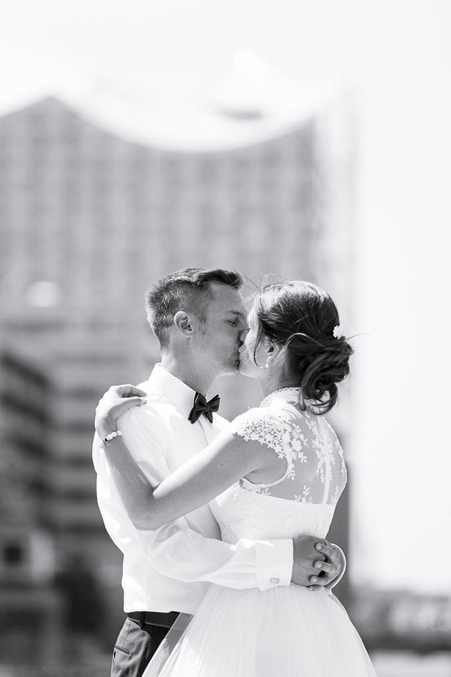 Hochzeitsfotograf Hamburg - Hochzeitskuss vor der Elbphilharmonie