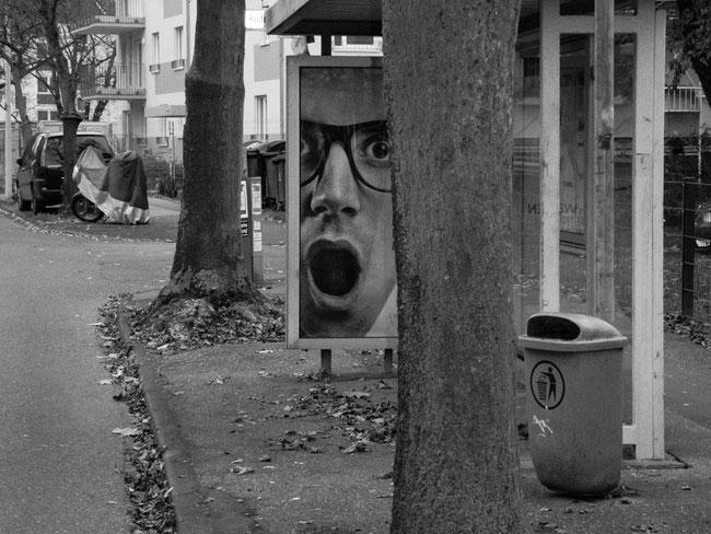 OH, Mülleimer vs. Plakat, Erstaunen, stunning man, waste basket, Bus stop, Bushaltestelle, Bonn, Friesdorf