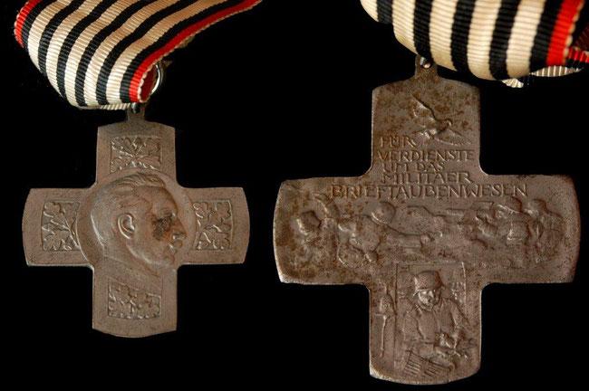 """Den hohen Stellwert der Brieftauben im militärischen Kontext zeigen die verschiedenen Auszeichnungen """"für Verdienste um das Militär-Brieftaubenwesen"""". Hier Vorder- und Rückseite eines entsprechenden Ordens."""