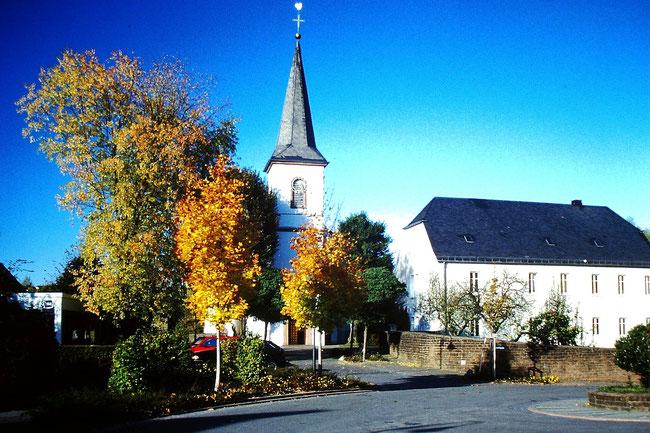 Kirche und Pfarrhaus Zerf