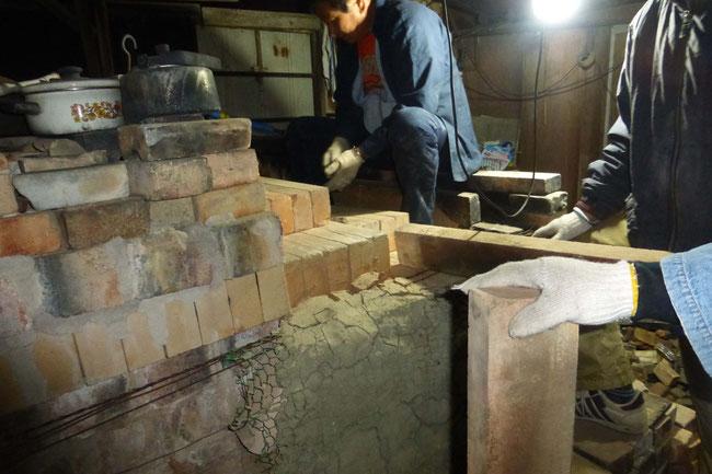 窯を閉める作業。 ひみこ窯
