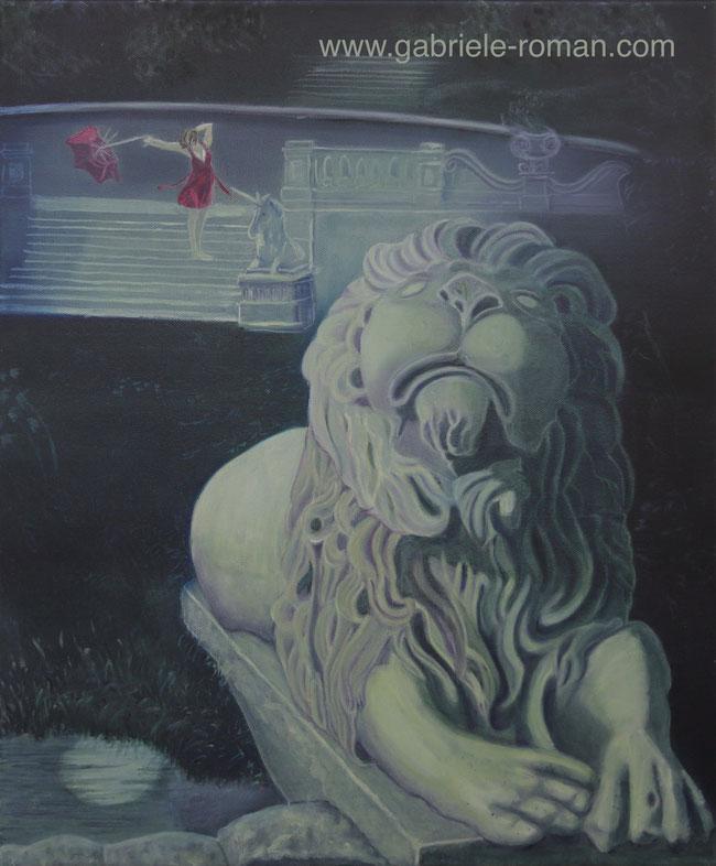 Nacht im Mirabellgarten in Salzburg. Steinlöwe schaut schlecht gelaunt himmelwärts. Im Hintergrund ein steinernes Einhorn und eine Frau in rot mit kaputtem Regenschirm.