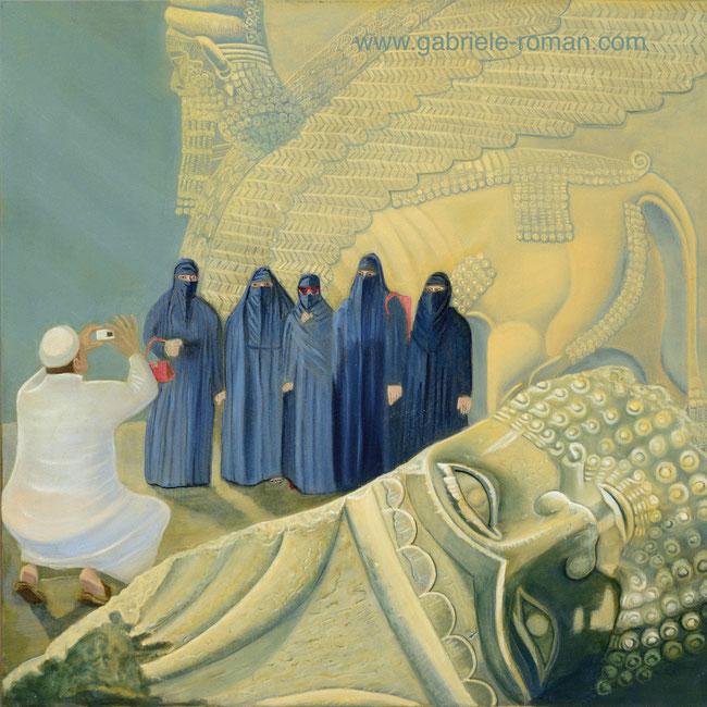 Im Vordergrund: 2015 vom IS abgeschlagener Kopf eines assyr. Schutzgeistes Lamassu in Ninive. Dahinter fotografiert ein weiß gekleideter Mann in arabischer Kleidung 5 mit Niqab und Hidschab verschleierte Frauen vor einem weiteren Torhüter.