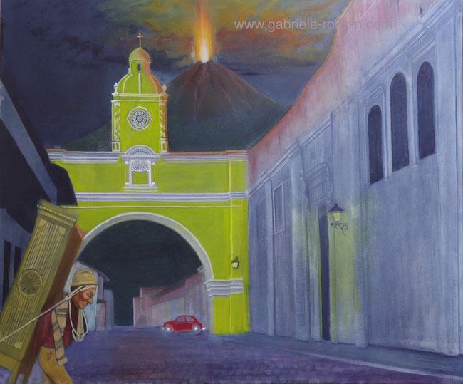 Arco de Santa Catalina in Antigua / Guatemala. Von links nach rechts läuft ein indigener Mann einen Schrank tragend. Jenseits des Torbogens fährt ein VW-Käfer. Im Hintergrund sieht man eine Eruption des Vulkans Acatenango. Es ist Nacht.