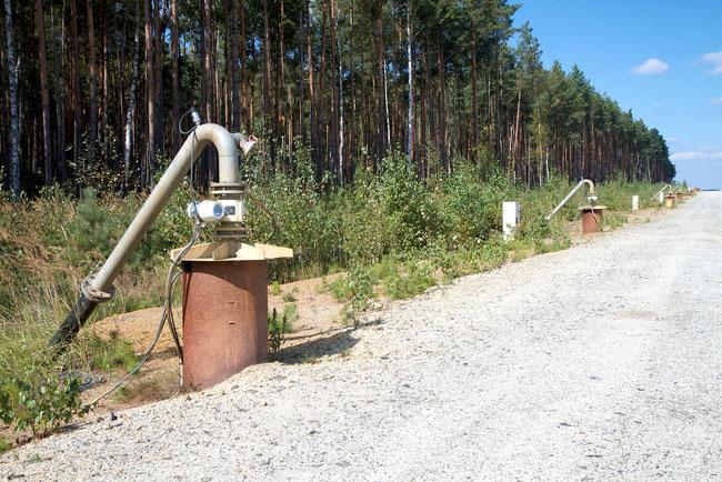 Reihe von Bohrlöchern, um den Grundwasserspiegel weiträumig abzusenken