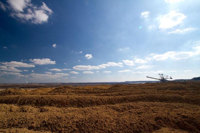 Frisch aufgeschüttete Kippenhalde mit Absetzer im Tagebau Welzow-Süd