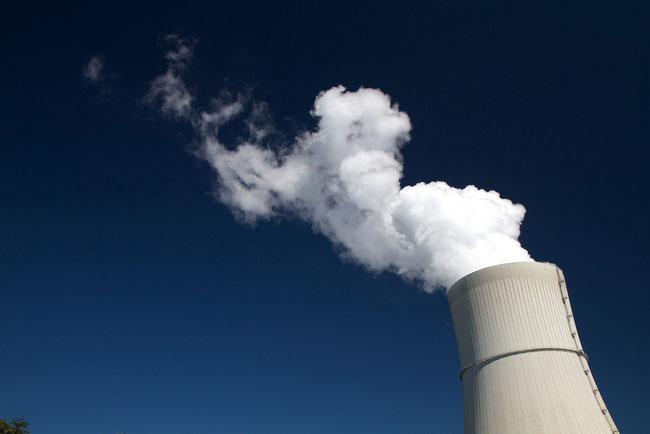 Dampfschwaden über dem Kühlturm des Kraftwerks Schwarze Pumpe