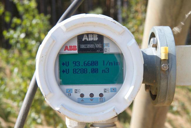 Fast 100 Liter Grundwasser werden in der Minute pro Bohrloch abgepumpt