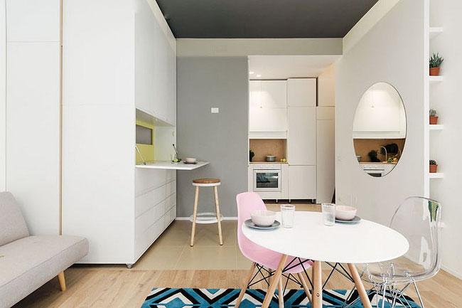 利用白色系、透明家具、圓鏡及隱藏式咖啡桌大大增加空間感