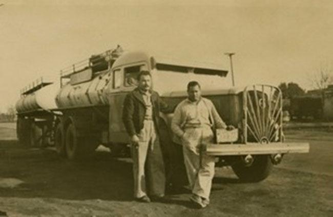 Carlos Barberis junto a un amigo, con su primer camión, un Volvo naftero de la década del ´40.
