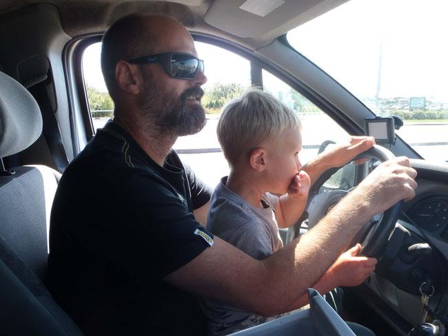 Autofahren mit Kind, Lenkrad, Papa und Sohn, Nawi, GPS