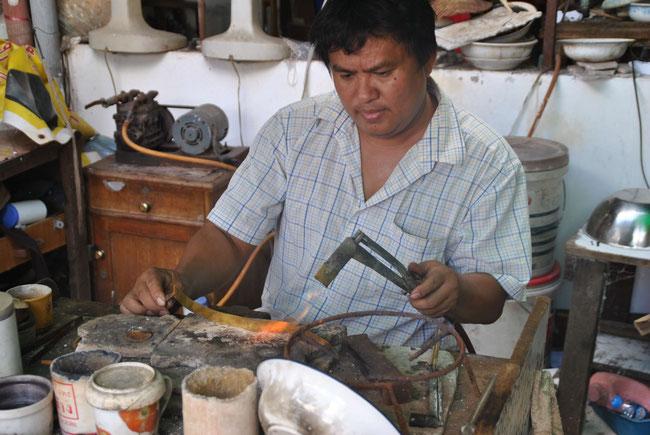 Die hauchdünnen Goldstreifen werden durch Hitze geformt und weiter zu Schmuckstücken verarbeitet!