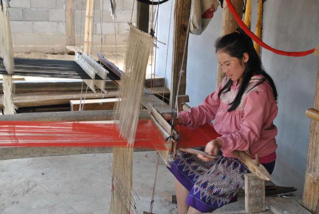 Laos Menschen Muang Ngoi Weben Webstuhl Schal