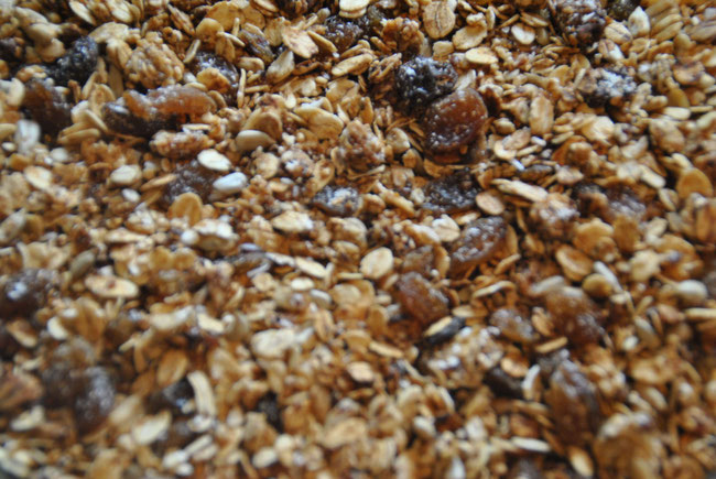Knuspermüsli, Granola, Crunchy Müsli, Haferflocken, Sonnenblumenkerne, gepoppter Amaranth, Leinsamen, Sesam, Rosinen, Kokosraspeln, Kokosöl, Honig