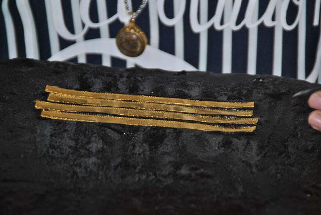 Auch schmale Goldstreifen mit Muster können in der Maschine hergestellt werden...
