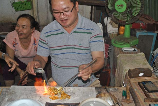 Nun kommt der Bunsenbrenner zum Einsatz - das Gold wird angewärmt, um groben Schmutz  zu verbrennen.