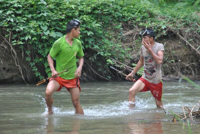Laos Menschen Fischen, Harpune, Nong Khiaw, , Taucherbrille