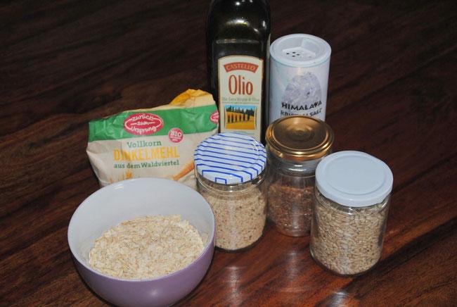 Dinkelvollkornmehl, Haferflocken, Sesam, Leinsamen, Sonnenblumenkerne, Olivenöl, Salz, Knäckebrot, selbst gemacht