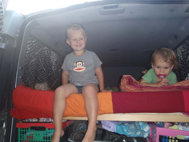 Opel Vivaro, Umbau, Kinder im Bett, Schnuller, Urlaub, Camping, Campingbus