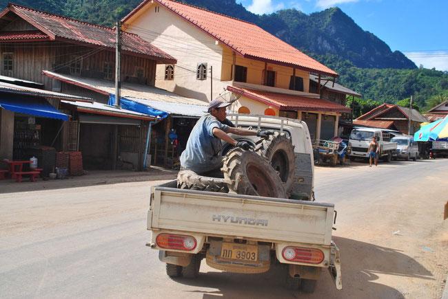 Reifen tauschen, Lastwagen, Nong Khiaw, Laos