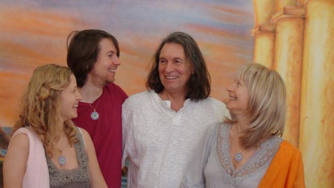 Link zu unserer Homepage. Von links nach rechts: Johanna Maria, René Pierre, Roland Enoàh, Christina Soraia