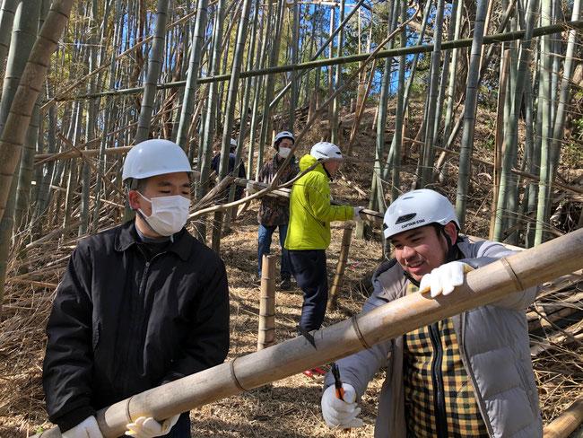 チームワークで竹をどんどん切り、枝も切り、切った竹を運び、山林を整えていきます。地球環境、自然を回復するための素晴らしく意義のあるボランティア活動です。