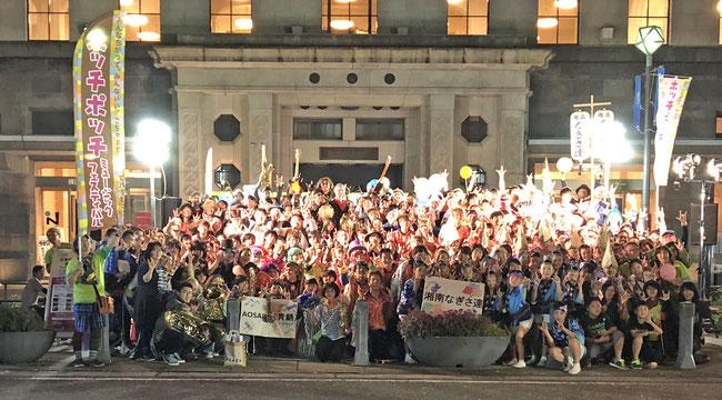 ごちゃまぜフィナーレ記念撮影 日本大通りの放送ライブラリーがある横浜情報文化センター前にて