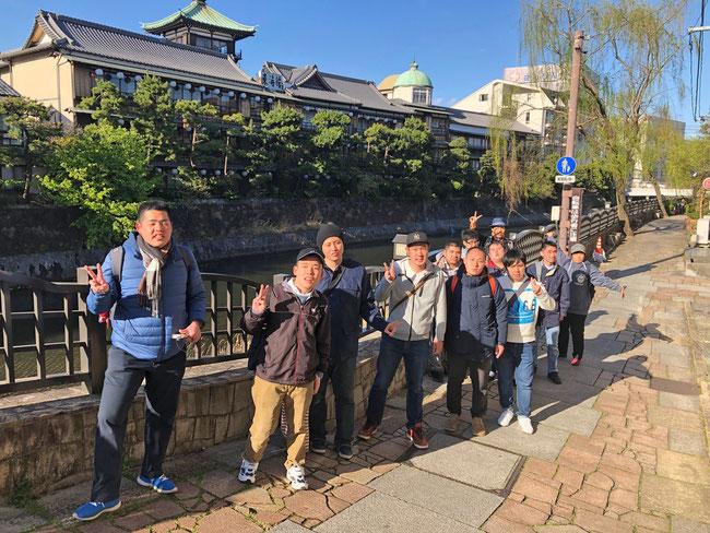 東海館をバックに。本当に素晴らしい文化施設でした。まさしく「昭和観光文化の殿堂」でした。