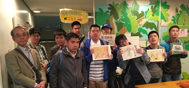藤沢総合市民図書館地階児童書フロアーにて。特別に許可をいただき、撮影しました。