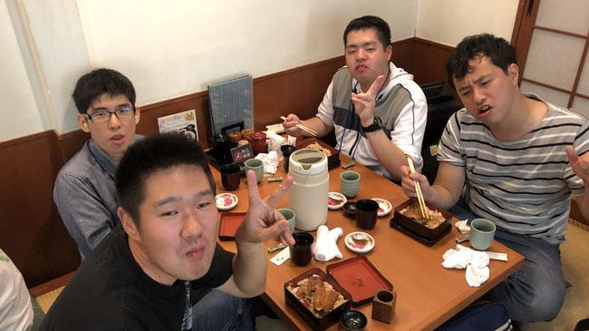 奮発してうな重を食べる。慶応三年創業の老舗です。食べてみると確かに関東とは違いますね。