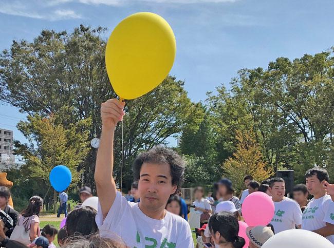 瀬谷区区制50周年記念式典のバルーンリリースのお手伝いをしました。バルーンが青空に吸い込まれるように飛んでいく光景は美しかった!