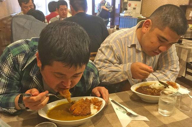 洋食の老舗「はり重」にて 工事さんはビーフカツカレー 茶さんはハヤシライスを賞