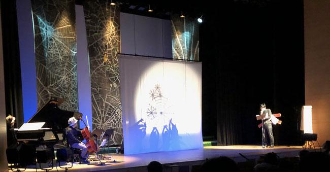 今年のぷかぷかさんのお芝居は「ほら熊学校」 影を使った演出が斬新で美しかった。
