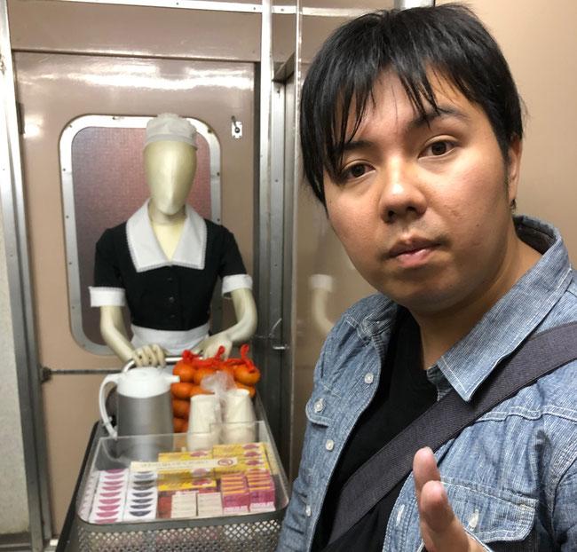 0系新幹線の販売員さんとショージさん みかんのほかチョコフレークなど懐かしのお菓子がありました。