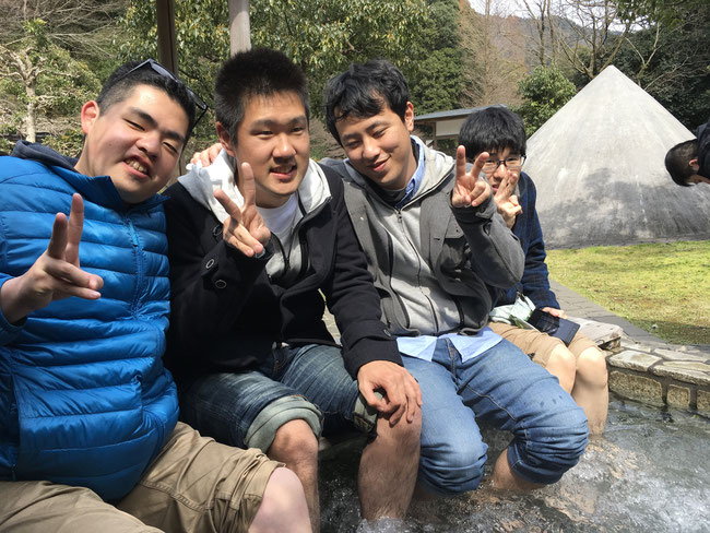 「独歩の湯」にて足湯に浸かる の~んびり春の湯河原の風情を楽しみました。
