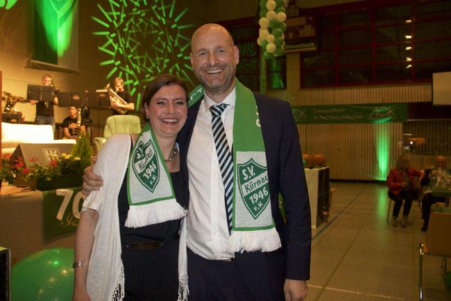 Ein glücklicher Vorstandsvorsitzender Stefan Reichwein mit seiner Frau Regina Foto: Matthias Demel