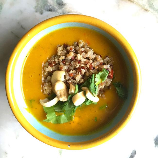 Pompoen courgettesoep met kerrie, gember en quinoa